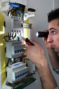 Elektriker arbejder på eltavle