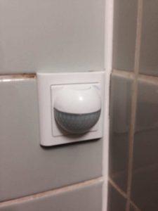 Pir sensor monteret på badeværelse